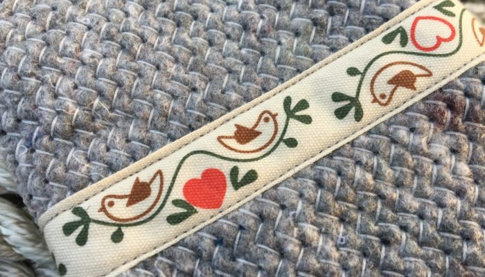 Handytasche aus Umzugsdecke mit Bordüre mit Vögeln nah
