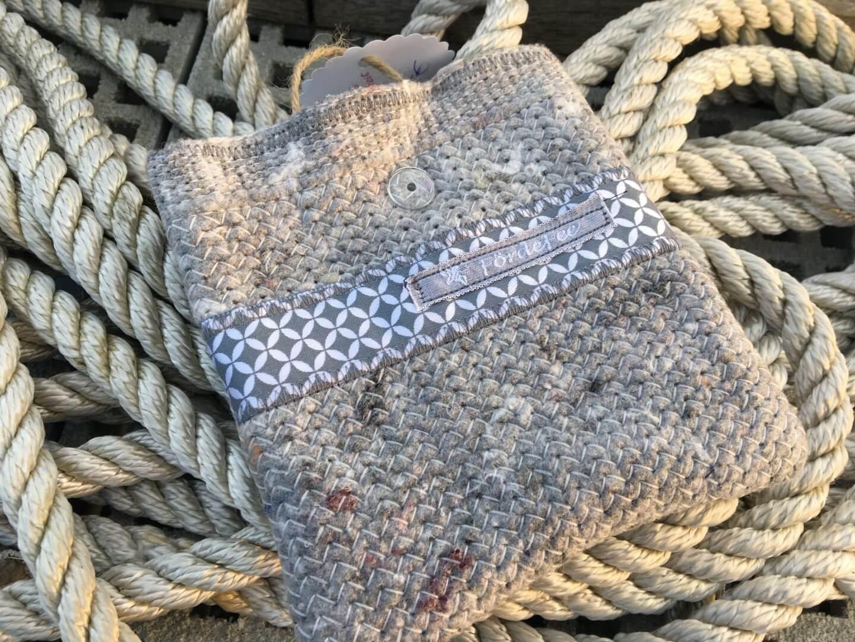 Täschche aus Umzugsdecke mit silber-grauer Bordüre