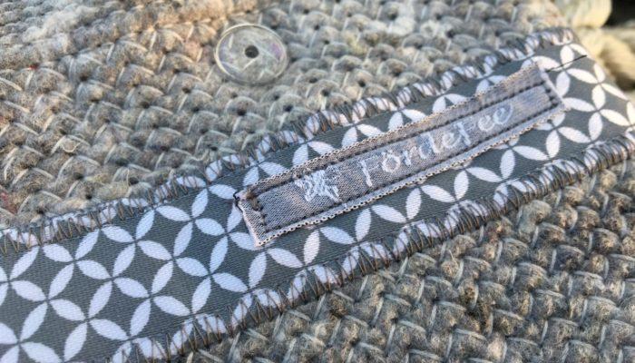 Täschche aus Umzugsdecke mit silber-grauer Bordüre nah