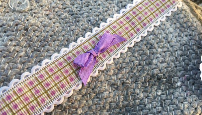 Täschchen aus Umzugsdecke mit lila karierter Bordüre nah