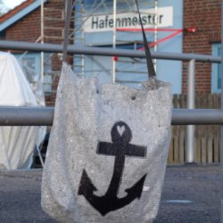 Handtasche Umzugsdecke schwarz Anker hängend