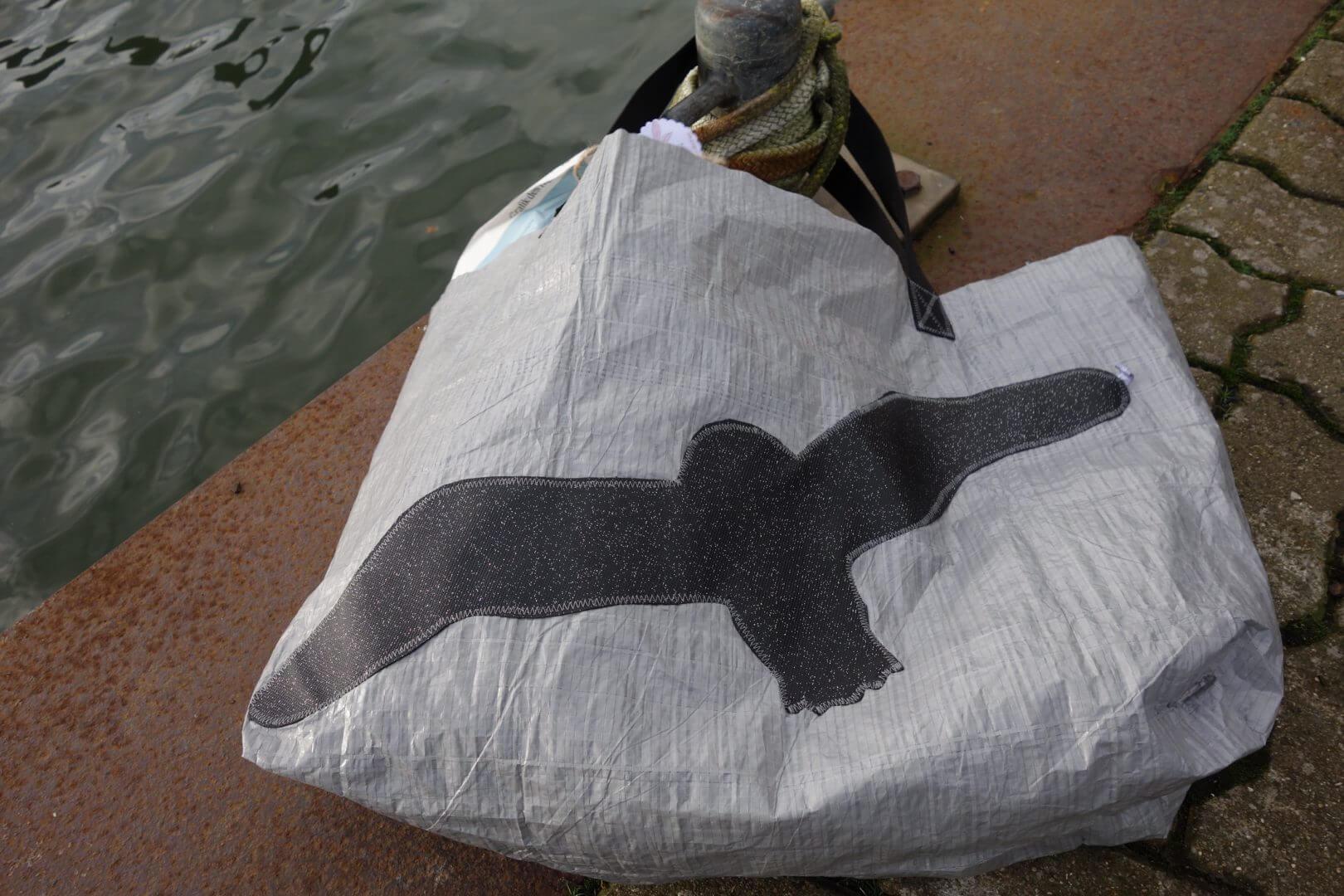 Tasche aus Abdeckplane mit schwarzer Möve