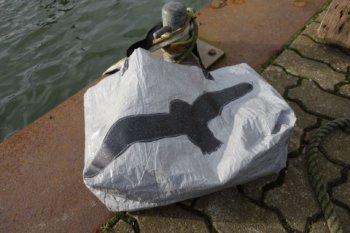 Tasche aus Abdeckplane mit schwarzer Möve fern