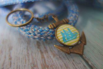 Schlüsselanhänger Anker blau gelb schräg