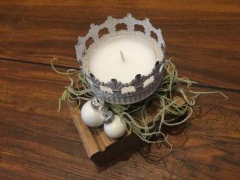 weißes Teelicht mit Tillandsien gedreht