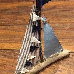 frontal blaues Segelboot